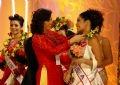 Hoa hậu quý bà Việt Nam 2005 Bùi Thị Kim Hồng tặng hoa chúc mừng cho những thí sinh vào vòng chung kết.