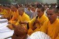 Trước buổi lễ đúc tượng, các nhà sư đọc kinh cầu cho quốc thái dân an và hòa bình thế giới.