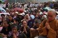Đông đảo nhân dân cũng tham gia cầu nguyện.