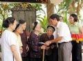 Trao sổ tiết kiệm tình nghĩa cho các đối tượng chính sách của phường Láng Thượng, quận Đống Đa, Hà Nội.