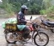 Đưa nhu yếu phẩm bằng xe máy lên vùng biên giới.