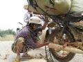 Bó xích vào bánh xe để đảm bảo an toàn.