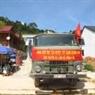 Chờ thông tuyến chuyển hàng cứu trợ cho đồng bào Lào.