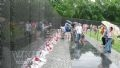 Стена-Мемориал ветеранов Вьетнамской войны под дождем.