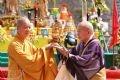 Đại diện Giáo hội Phật giáo Nhật Bản trao quà tặng cho GHPGVN.