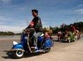 Défilé de motos transportant des fleurs.