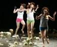 「頭痛」が高まりを見せた時、美人のアーティストが舞台で新鮮なキャベツとの遊びを演じた。