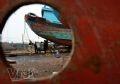 Ngư dân Ngư Lộc kiểm tra lại thuyền bè chuẩn bị cho một chuyến ra khơi.