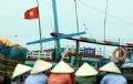 7h sáng, những người phụ nữ ở các xã, huyện lận cận đổ về biển Ngư Lộc để mua cá.