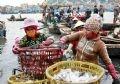 Những người phụ nữ ở Ngư Lộc luôn tất bật từ sáng sớm đến tối mịt.