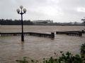 Bão số 9 kết hợp với triều cường gây thiệt hại nhiều vùng ven biển Thừa Thiên - Huế. Trong ảnh: Mực nước sông Hương đạt 3,36m, vượt báo động 3 là 0,36m.