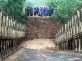 Cầu Đắk Trăm trên tỉnh lộ 678 - Kon Tum bị sập.