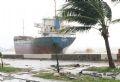 Do ảnh hưởng trực tiếp cơn bão số 9, thành phố Đà Nẵng bị tàn phá nặng nề. Trong ảnh: Một trong 3 tàu chở hàng bị đánh dạt vào bờ trên đường Nguyễn Tất Thành.
