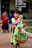 Маленькая продавщица на деревенском рынке, устроенном на ярмарке