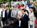 Chủ tịch nước Nguyễn Minh Triết và Nữ hoàng Margrethe II (đội mũ đỏ) cùng đoàn khách hân hoan với những tiết mục văn hoá truyền thống trình diễn trong lễ hội.