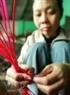Những chiếc lạt được nhuộm đỏ dùng để buộc bánh như một lời chúc may mắn cho người thưởng thức.