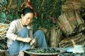 Gói bánh gai cần phải có những người phụ nữ khéo léo. Chị Nguyễn Thị Hạnh đã hơn 20 năm làm bánh gai cho biết: Gói bánh không được gói chặt hoặc lỏng quá, lượng lá chuối khô phải có độ dày 0,3 cm để khi luộc bánh chín đều và bảo quản được lâu.
