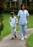 Медсестра Нгуен Тхи Ха сопровождает Хунга на прогулке