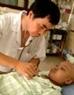 Врач Зыонг Ба Чык, начальник отделения клинической гемопатологии Центральной детской больницы, - один из тех, кто непосредственно участвовал в операции - осматривает пациента