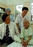 Директор Центральной детской больницы, доктор медицинских наук Фам Тхань Лием навещает пациента в палате