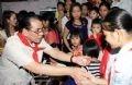 Tổng Bí thư Nông Đức Mạnh vui tết Trung thu với các cháu thiếu niên, nhi đồng Thành phố Thái Nguyên. Ảnh: Đinh Xuân Tuân - TTXVN