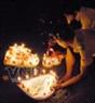 Thả đèn nước trên sông Hậu-Cần Thơ. Ảnh:Trần Thanh Vũ- TTXVN