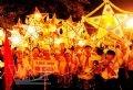 Thiếu nhi Tuyên Quang tham gia rước đèn ông sao trong đêm hội. Ảnh: Thanh Hà - TTXVN