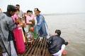 Ритуал сбора воды на середине Красной реки