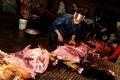 午前4時13分、畜殺場で肉を分類するドー・ティ・クアンさんとその家族