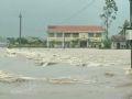 Cơn bão 11 đã đổ bộ vào Vạn Ninh, Khánh Hoà làm hư hỏng nhiều nhà dân và gãy đổ nhiều cây lớn. Trong ảnh: Trường tiểu học Vạn Bình chìm trong lũ do sông Đồng Điên dâng trong vòng vài giờ.