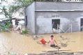 Nhiều gia đình ở phường Lê Hồng Phong, ven sông Trà Khúc, thành phố Quảng Ngãi bị ngập nước.