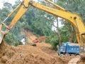 Bão số 11 đã gây mưa to trên địa bàn tỉnh Kon Tum làm tuyến quốc lộ 24 nối Quảng Ngãi với Kon Tum bị sạt lở nghiêm trọng, giao thông bị ách tắc. Trong ảnh: San lấp đất đá vúi lấp trên quốc lộ 24, đoạn qua địa phận huyện Kon Plông.