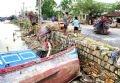 Lần đầu tiên người dân huyện Sông Cầu, tỉnh Phú Yên hứng chịu một trận bão lũ lịch sử. Tàu thuyền của ngư dân bị bão đánh bật cả lên bờ.