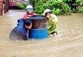 Người dân xã An Hiệp, huyện Tuy An, Phú Yên phải dầm mình trong nước lũ.