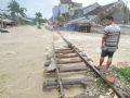 Nhiều đoạn đường sắt qua địa bàn tỉnh Phú Yên bị sạt lở, trôi cầu, ngập nước.