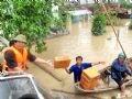 Cứu trợ cho người dân vùng ngập lũ tại phường Nhơn Phú, TP Quy Nhơn, Bình Định.