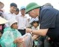 Ngày 05-11-2009, Tổng Bí thư Nông Đức Mạnh đến kiểm tra tình hình khắc phục hậu quả cơn bão số 11 tại tỉnh Bình Định. Trong ảnh: Tổng Bí thư Nông Đức Mạnh về thăm và tặng quà các gia đình chính sách thôn Diêm Vân, xã Phứơc Thuận, huyện Tuy Phước tỉnh Bình Định.