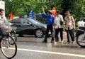 Добровольцы помогают урегулировать потоки движения на улицах
