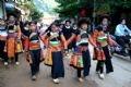 En el mercado de Moc Chau muchachas de Mong Florido que vienen de la provincia vecina de Lai Chau.
