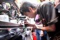 Работник компании Чунгнгуен демонстрирует, как готовится кофейный напиток