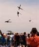 Du khách theo dõi màn biểu diễn ngoạn mục trên không của đội trực thăng chiến đấu.