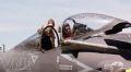 Một nữ du khách được hướng dẫn tham quan buồng lái của một chiếc chiến đấu cơ hiện đại.