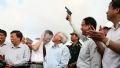 第1号トンネル函体を運ぶ船の出発の合図で銃を撃つグエン・タイン・タイ(Nguyen Thanh Tai)ホーチミン市人民委員会常任副会長