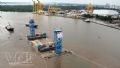 数隻の船によってサイゴンに運ばれる長さ92,4m、幅33,3m、高さ9,1m、重さ2万7千トンのトンネルの函体