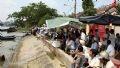 Rất đông người dân Tp. HCM đã đổ ra hai bên bờ sông Sài Gòn để theo dõ sự kiện đặc biệt này.