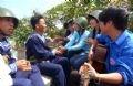 胡志明市青年与东长沙岛战士进行交流。