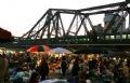 Tорговля кипит на ночном рынке Лонгбиен