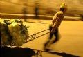 ロンビエンのナイトマーケットから他の市内の市場へ野菜、果物が運ばれる