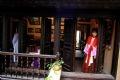 Une femme hanoïenne dans une vieille maison.