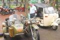 Иностранные туристы с любопытством рассматривают мотоцикл с коляской марки «Урал» производства СССР